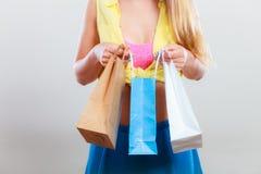 Zbliżenie szpilka w górę dziewczyny kobiety z toreb robić zakupy Fotografia Stock