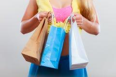 Zbliżenie szpilka w górę dziewczyny kobiety z toreb robić zakupy Obrazy Stock