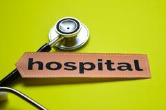 Zbliżenie szpital z stetoskopu pojęcia inspiracją na żółtym tle zdjęcie stock
