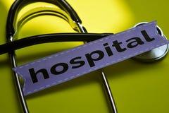 Zbliżenie szpital z stetoskopu pojęcia inspiracją na żółtym tle obrazy royalty free