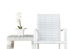 Zbliżenie sztuczna roślina z białym storczykowym kwiatem na różowym kwiatu garnku na drewnie wyplata stół z drewnem wyplata krzes Obrazy Stock