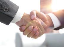 zbliżenie tła biznesowego uścisk dłoni odosobneni partnery biały Zdjęcia Stock