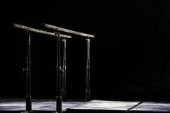 zbliżenie Talcium proszek nad gimnastycznymi równoległymi barami zakazuje gimnastyczną paralelę Odizolowywający na czarnym tle, Zdjęcia Royalty Free