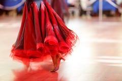 Zbliżenie tancerza ` s iść na piechotę gdy robią sala balowa tanu fotografia stock