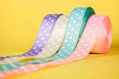 Zbliżenie tasiemkowy stacza się kolorowego tło Zdjęcie Royalty Free