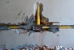 Zbliżenie tekstura i tło łamana gipsująca cement ściana z metalu elektrycznym blokiem pod instalacją obraz royalty free