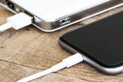 Zbliżenie telefonu władzy banka ładuje biały przenośne urządzenie Fotografia Stock