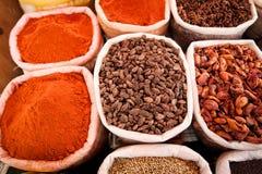 Zbliżenie torby z barwionymi pikantność na rynku w Goa, India obraz royalty free