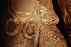 zbliżenie tradycyjna ręka rzeźbiący ceremonialny plemienny tamtamu bęben obraz stock