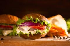 zbliżenie tradycyjni cheeseburger, hamburgeru lub francuza dłoniaki zdjęcia stock