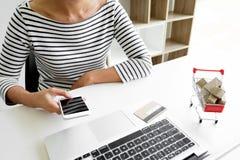 Zbliżenie trzyma kredytową kartę inputting kartę szczęśliwa młoda kobieta Obraz Stock