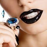 Zbliżenie twarz młoda piękna kobieta z czarnym manicure'em Zdjęcia Royalty Free