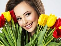 Zbliżenie twarz piękna szczęśliwa kobieta z kwiatami zdjęcia stock