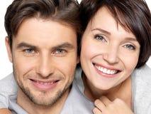 Zbliżenie twarz piękna szczęśliwa para - odosobniona zdjęcia stock
