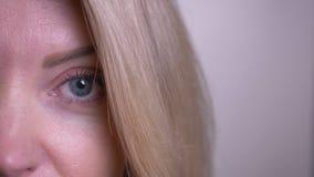 Zbliżenie twarzy przyrodni portret dorosła atrakcyjna caucasian kobieta patrzeje kamerę z radosny twarzowym z oczami zbiory wideo