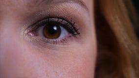 Zbliżenie twarzy przyrodni portret dorosły atrakcyjny caucasian kobiety oko patrzeje prosto przy kamerą zdjęcie wideo