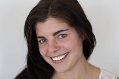 Zbliżenie uśmiechać się pięknej młodej brunetki dziewczyny z przebijać zielonych oczy obrazy royalty free
