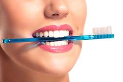 Zbliżenie uśmiechnięta kobieta z perfect białymi zębami Zdjęcie Stock