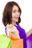 Zbliżenie uśmiechnięty młodej kobiety mienia torba na zakupy Fotografia Royalty Free