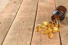 Zbliżenie uzupełnia witaminy butelkę na drewnianym tle, coppy sp Fotografia Stock