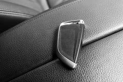 Zbliżenie wśrodku pojazdu radio klucza zapłon Zaczyna silnika klucz Samochodu kluczowy pilot w czarnym dziurkowatym rzemiennym wn Zdjęcie Stock