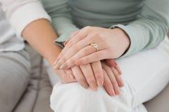 Zbliżenie w połowie sekcja żeńscy przyjaciele dotyka ręki obraz stock