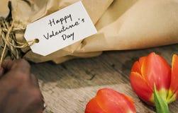 Zbliżenie walentynka dnia etykietka na kwiatu bukiecie fotografia royalty free