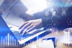 Zbliżenie widok cyfrowy ekran, wirtualnego związku ikona, diagram, wykresów interfejsy Mężczyzna pracuje z laptopem przy biurem zdjęcie stock