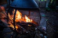 Zbliżenie widok dalej otwierał ogień płomienie Płonący ognisko w metalu lokalowym nagrzewaczu Ognisko w ruchu wizerunku Zamarznię Fotografia Stock