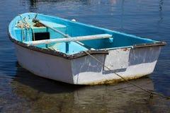 Zbliżenie widok Dinghy Paddle łódź na Jasnej wodzie Wiosło, ośniedziały łańcuch i Linowy Odpoczywać wśrodku Błękitnego Watercraft obrazy stock