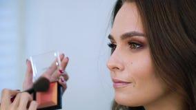 Zbliżenie widok dostaje fachowego makeup makeup artystą przy piękno salonem wzorcowa dziewczyna zbiory