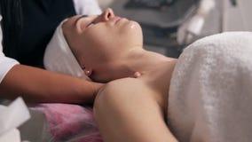 Zbliżenie widok kobieta z ona oczy zamykał lying on the beach na leżance podczas kosmetycznej twarzy procedury profesjonalizm zdjęcie wideo
