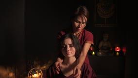 Zbliżenie widok kobiety ` s szyja i ramiona ma tajlandzkiego masaż w zdroju żeńskim pojęciem massagist zdroju i opieki zdrowotnej zbiory