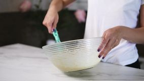 Zbliżenie widok kobiety ` s wręcza mieszać składniki przygotowywać ciasto w pucharze używać śmignięcie Domowy kucharstwo Slowmoti zbiory wideo