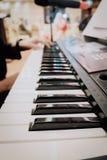 zbliżenie widok muzyczny instrument, mężczyzna ręki sztuki synthesiser elektroniczna klawiatura Obrazy Royalty Free
