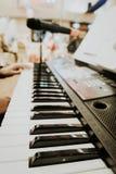 zbliżenie widok muzyczny instrument, mężczyzna ręki sztuki synthesiser elektroniczna klawiatura Zdjęcie Stock