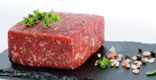 Zbliżenie widok na kawałku surowa zmielona wołowina na czarnej łupek desce Obraz Stock