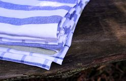 Zbliżenie widok na ustaleni kuchenni ręczniki na drewnianym tle w naturze zamazujący tło zdjęcia royalty free