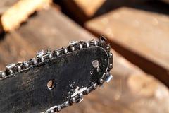 Zbliżenie widok piły łańcuchowej rozcięcia i baru łańcuch Brudny ostrze piła łańcuchowa Ostrze piła łańcuchowa w ogródzie, kopii  Obrazy Royalty Free