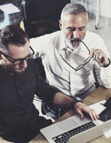 Zbliżenie widok pracuje wraz z dorosłym biznesmena kolegą przy drewnianym stołem brodaty mężczyzna interesy ilustracyjni ludzie j Obraz Royalty Free