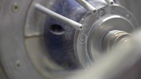 Zbliżenie widok przy cyzelowanie procesem w stomatologicznej mielenie maszynie zdjęcie wideo
