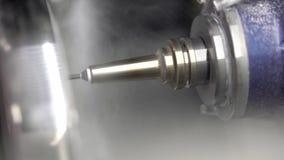 Zbliżenie widok przy cyzelowanie procesem w stomatologicznej mielenie maszynie zbiory