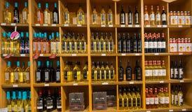 zbliżenie widok różnorodny wino na drewnianym szelfowym ` s wśrodku wino sklepu w Toronto Fotografia Royalty Free