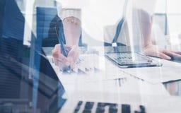 Zbliżenie widok robi notatkom w coworking miejscu żeńska ręka Pojęć ludzie biznesu używa urządzenia przenośne Ikona i wykresy Zdjęcie Royalty Free