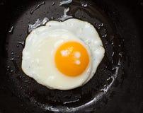 Zbliżenie widok smażący jajka Obraz Royalty Free