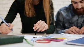 Zbliżenie widok szczęśliwi różnorodni etniczni ucznie lub młoda biznes drużyna pracuje na projekcie lub pisze tescie zbiory