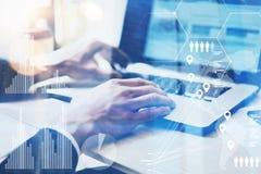 Zbliżenie widok wskazuje laptop klawiaturę Męska ręka Biznesmen pracuje przy biurem na notatniku przy drewnianym stołem Pojęcie obraz royalty free