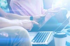 Zbliżenie widok wskazuje na cyfrowej pastylce męska ręka Młoda biznes drużyna pracuje z nowym początkowym projektem Laptop na Obrazy Stock
