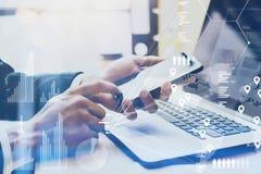 Zbliżenie widok wskazuje palec na smartphone dotyka ekranie Męska ręka Biznesmen pracuje przy biurem na nowożytnym notatniku zdjęcia stock