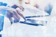 Zbliżenie widok wskazuje palec na telefonu komórkowego dotyka ekranie Męska ręka Biznesmen pracuje przy biurem na nowożytnym nota obraz royalty free